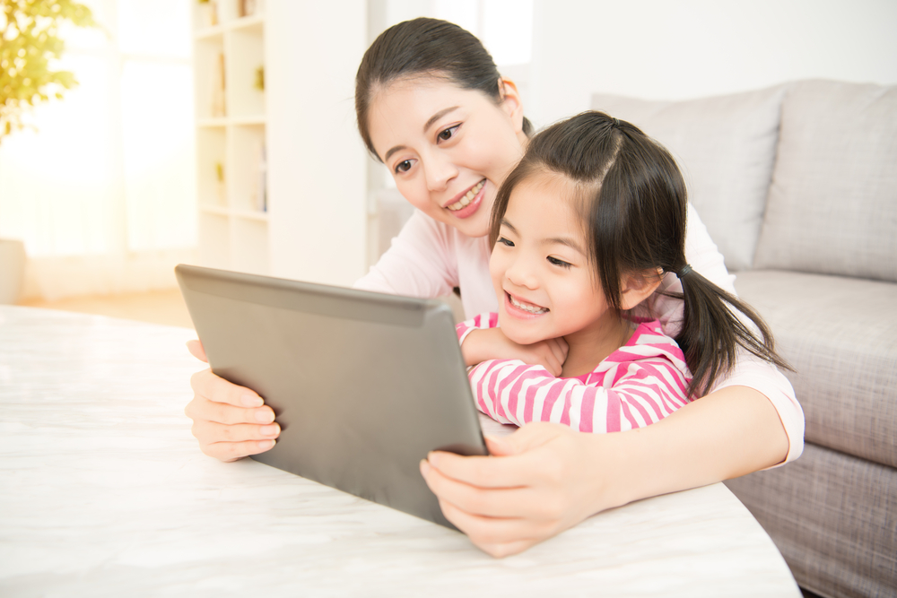 mom and daughter wit ipad